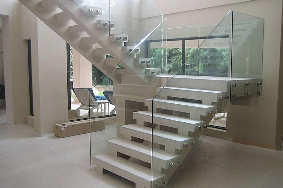 Ограждения лестниц со стеклянным заполнением без поручня