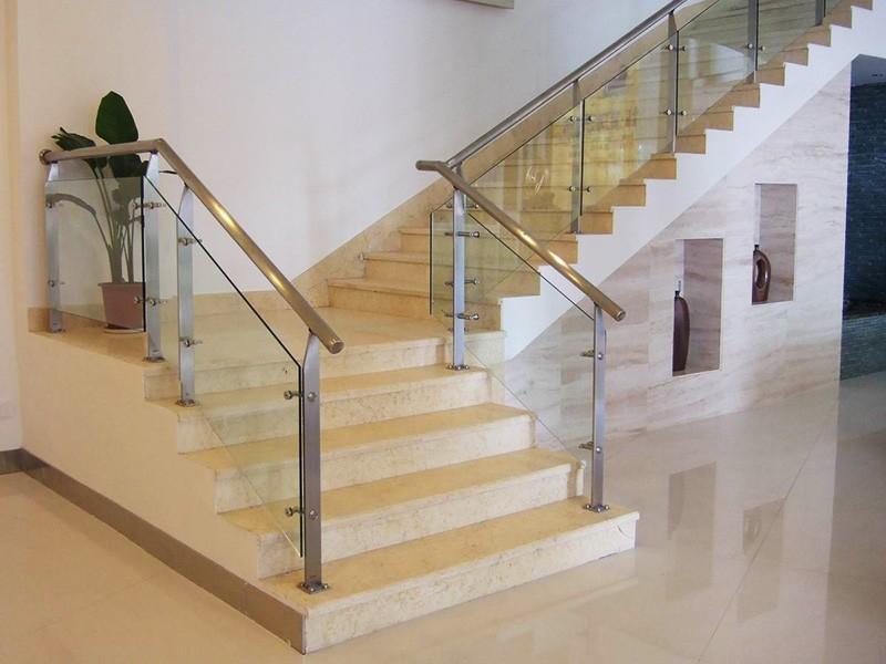 стеклянное ограждение лестницы в доме