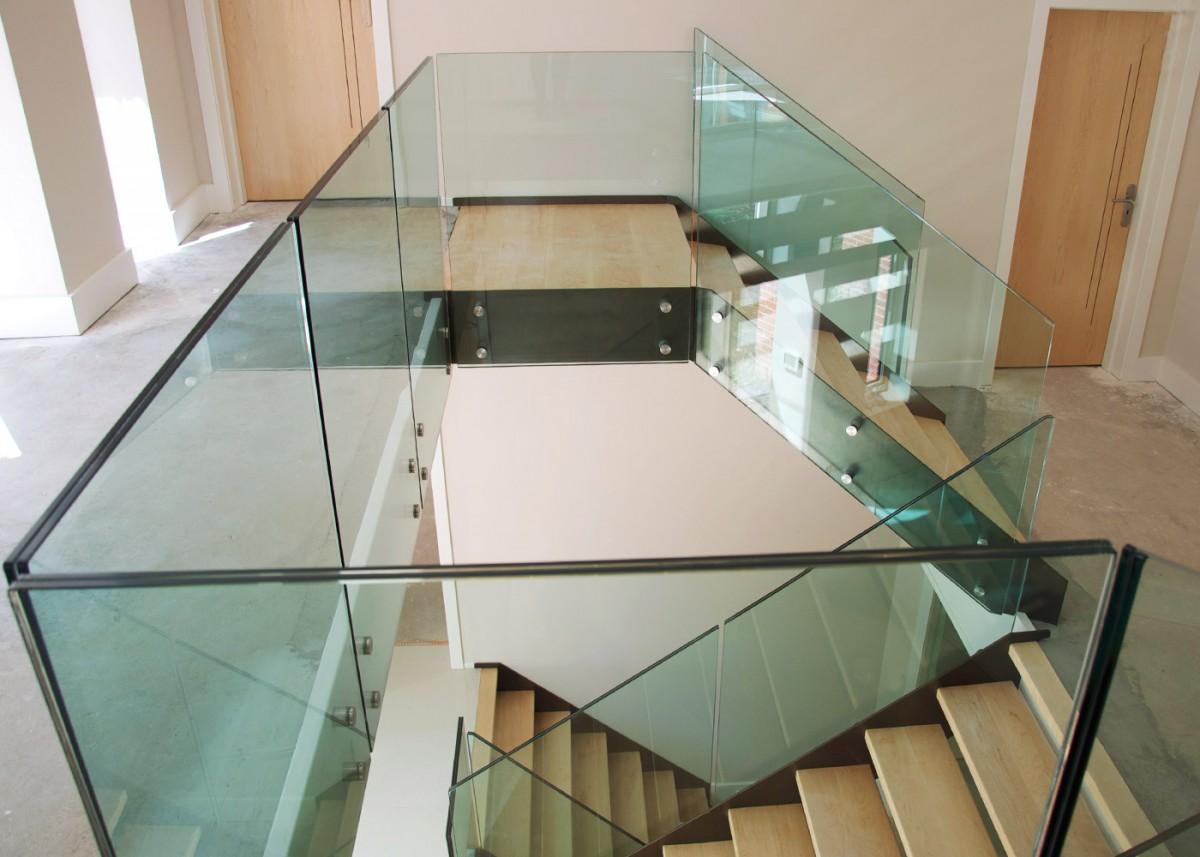 ограждение из стекла для деревянной лестницы