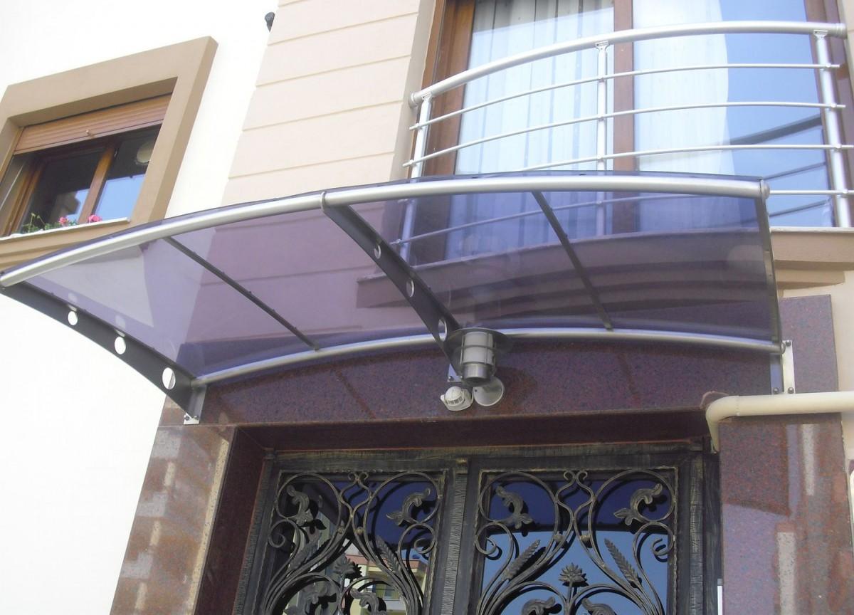 стеклянный козырек над входом в здание