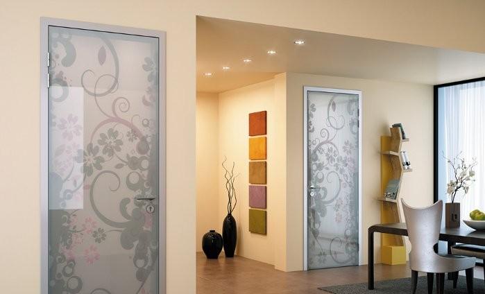 Распашные стеклянные двери срисунком