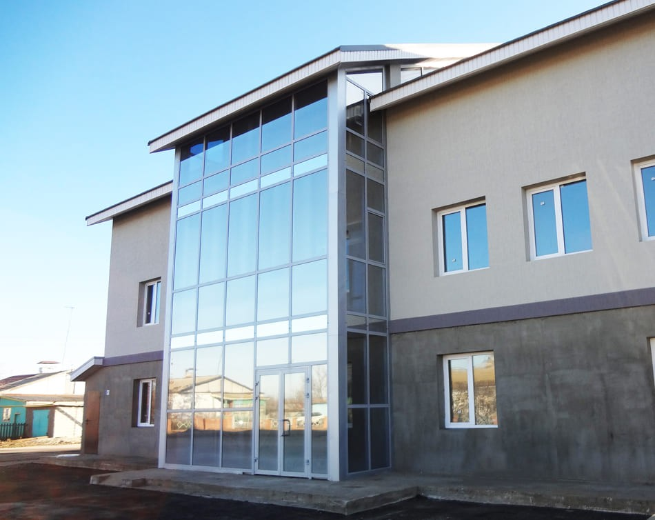 остекление фасада бизнес центра и входной группы