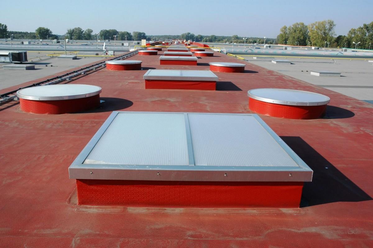 Точечные фонари на крыше промышленного здания