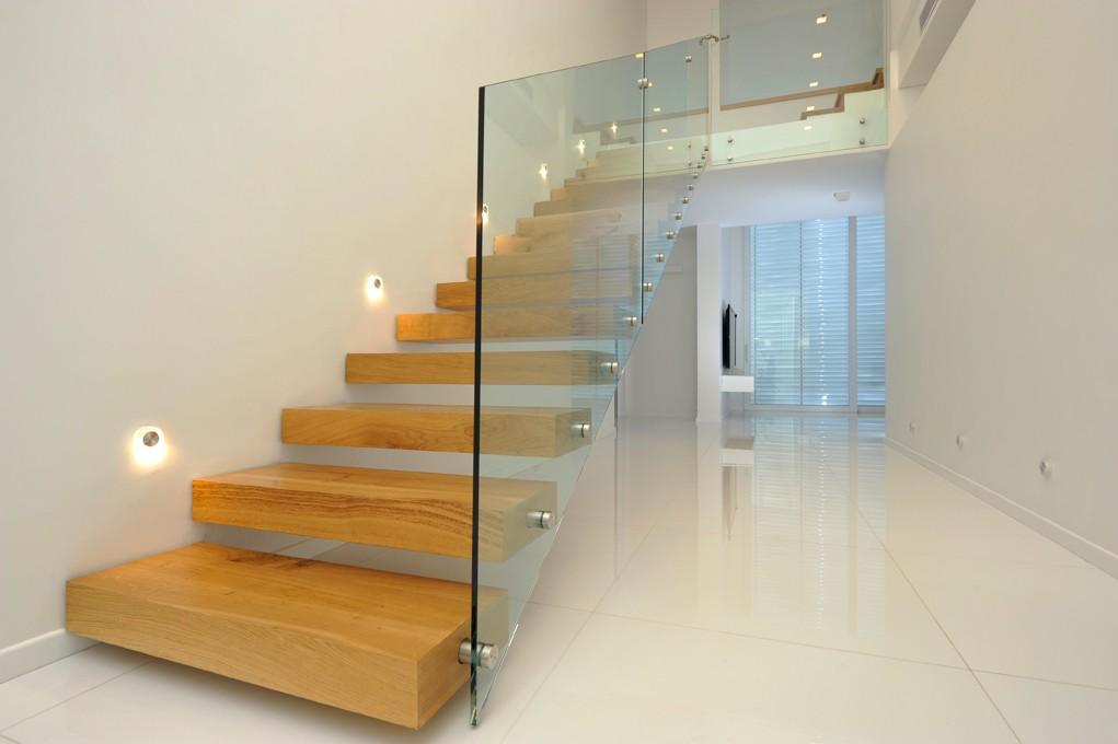ограждение для лестницы на второй этаж из стекла