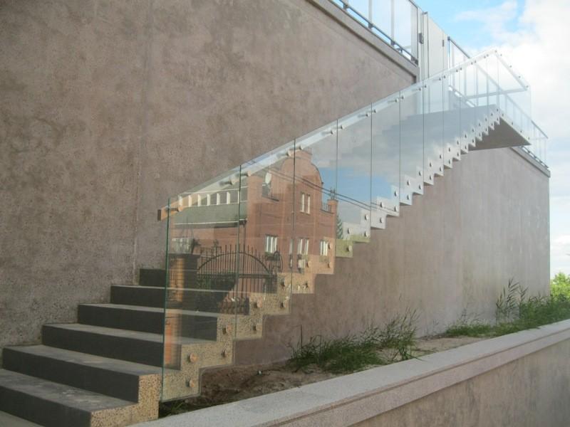 Уличное ограждение из стекла