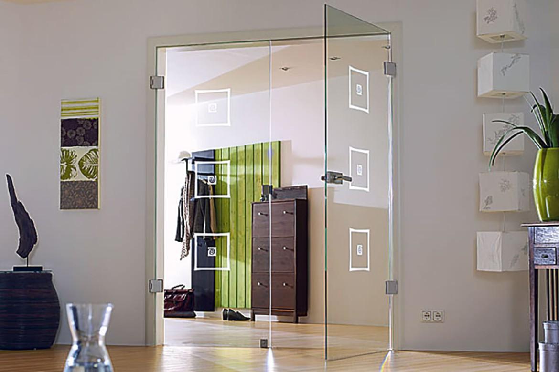 Двустворчатая распашная стеклянная дверь межкомнатная