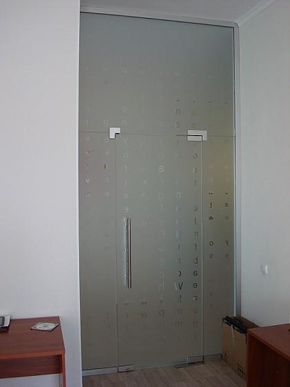 маятниковые стеклянные двери с фрамугой