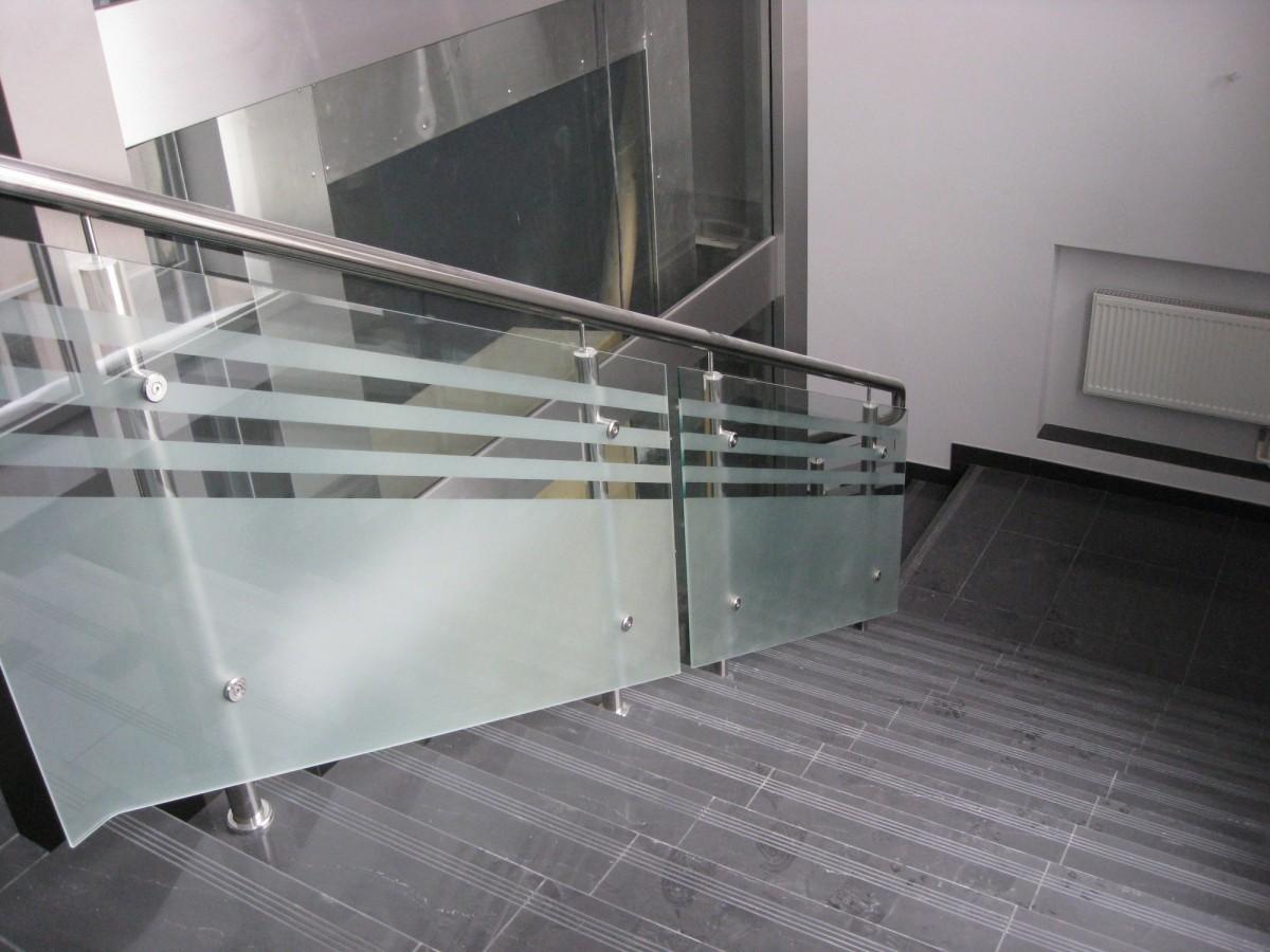 Стеклянное ограждение для лестницы в офисе