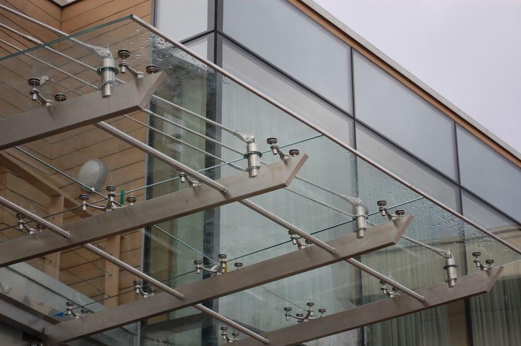 Спайдерный стеклянный козырек над входом