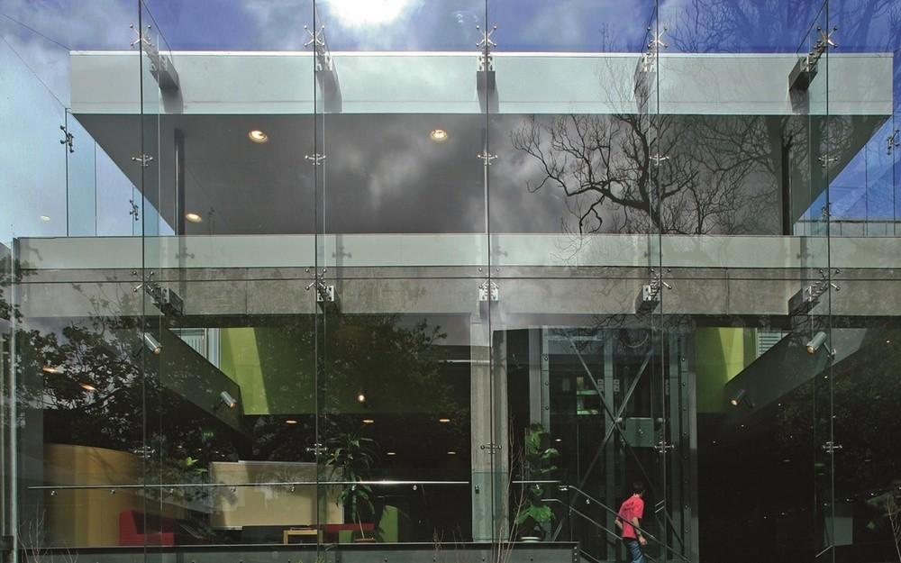 Спайдерное остекление фасада бизнес центра
