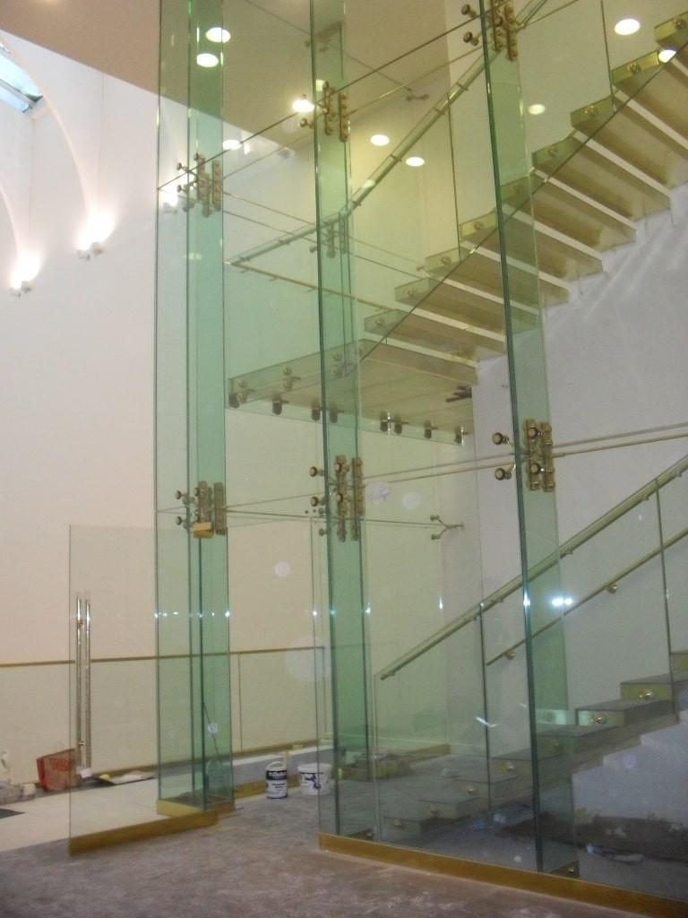 Спайдерное стеклянное ограждение шахты лифта