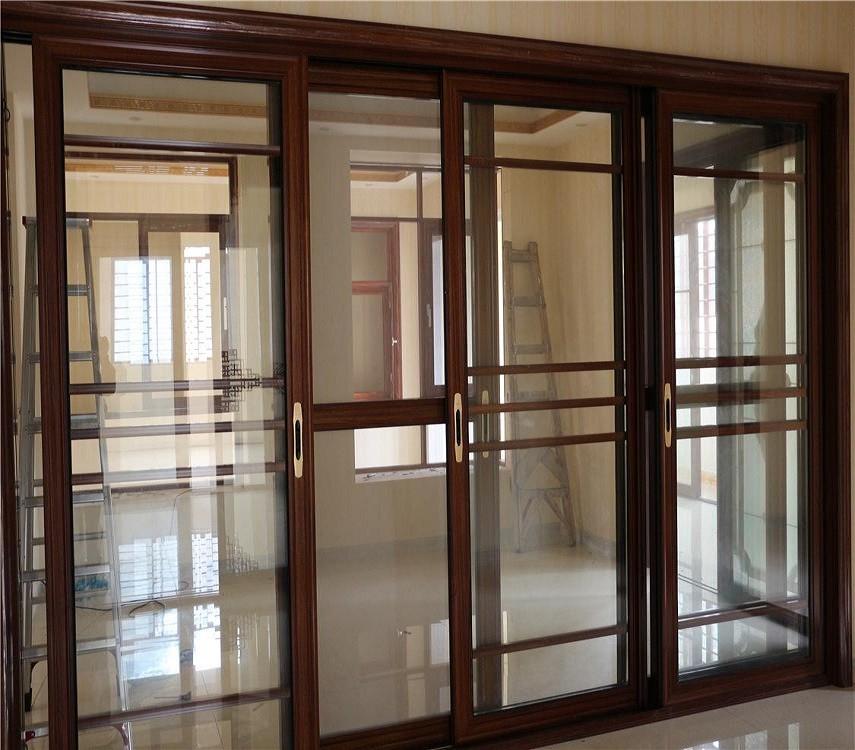 алюминиевые двери со стеклом и декорацией