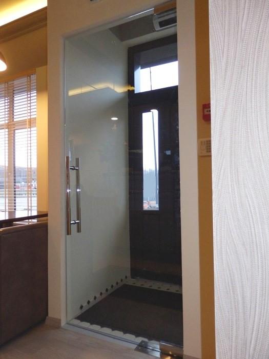 маятниковые стеклянные двери входные