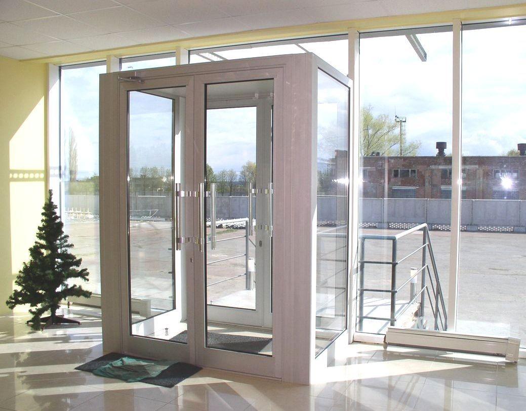Алюминиевые двери в стеклянный тамбур