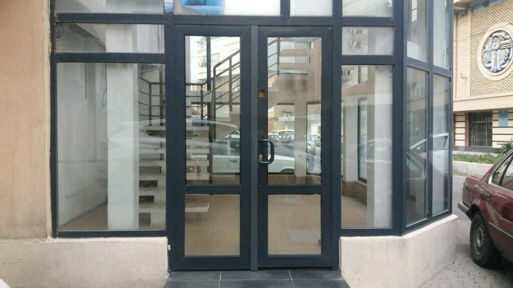 Входные алюминиевые двери в бизнец центр теплые