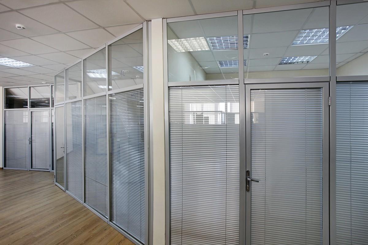 офисные перегородки с жалюзи между стеклами