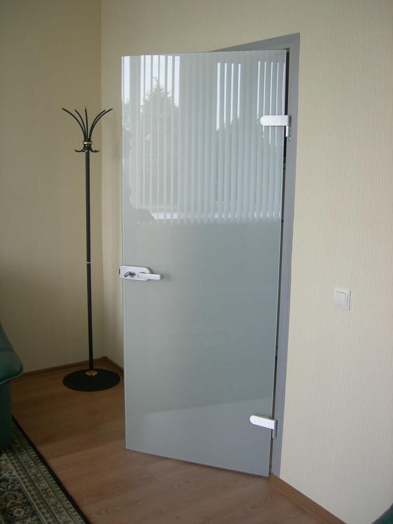 распашные стеклянные двери белого цвета