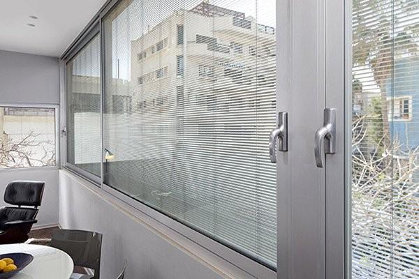 алюминиевые перегородки со стеклом и жалюзи.
