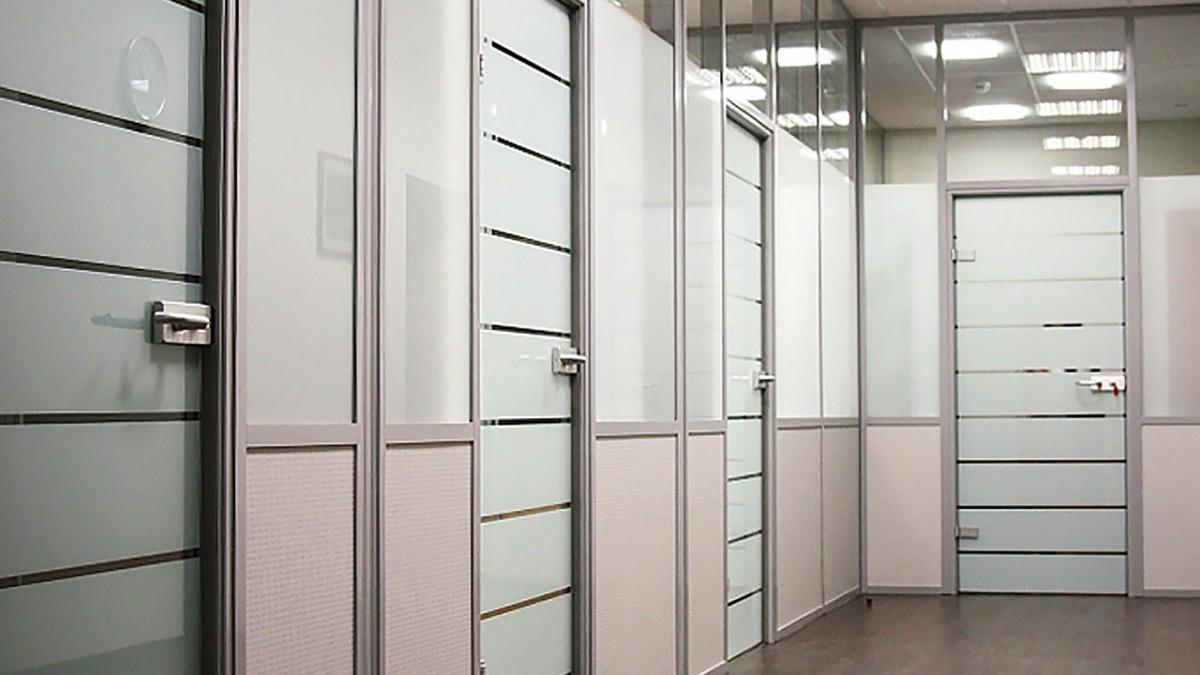 Стеклянные двери в алюминиевойкоробке