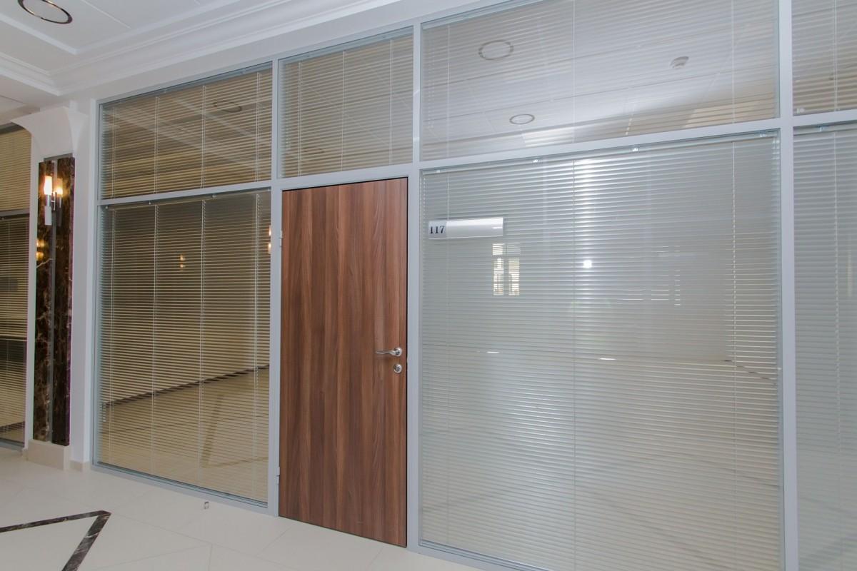 офисные перегородки с жалюзимежду стеклами