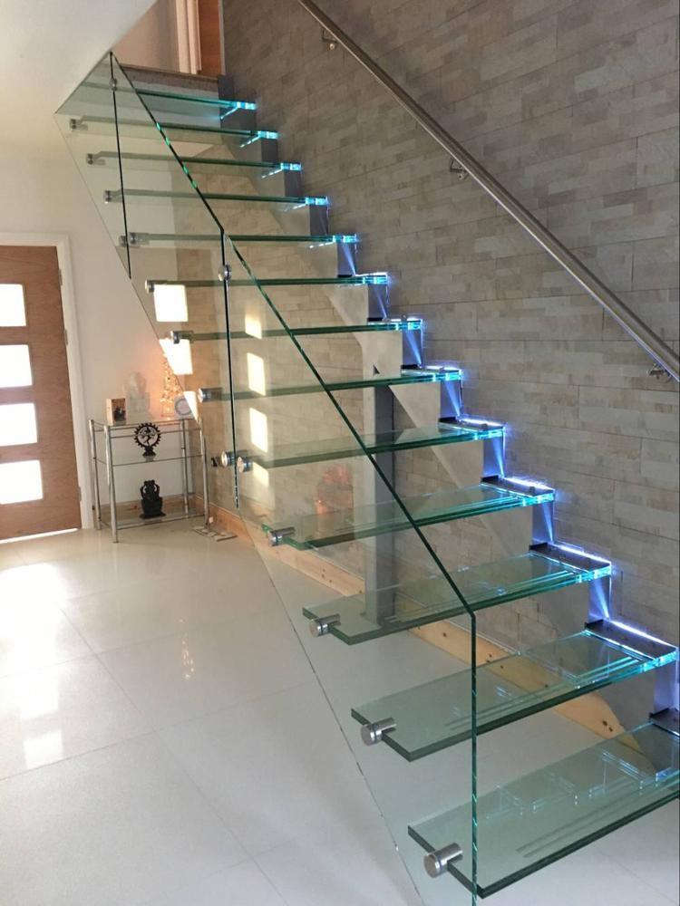Консольная лестница из стекла с боковой подсветкой